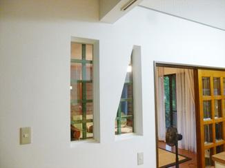 キッチンリフォーム 壁に設けた窓がオシャレ!お料理中でもリビングの様子が見えるキッチン