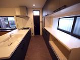 キッチンリフォーム以前のI型キッチンと比べ、明るく開放的で動きやすくなったペニンシュラ型キッチン