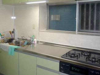 キッチンリフォーム スライド式のムダのない収納でスッキリとしたキッチン廻り