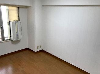 内装リフォーム フローリングと巾木の色を合わせ、落ち着いた雰囲気になったお部屋