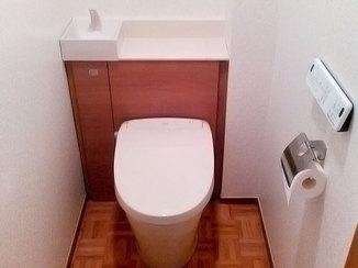 トイレリフォーム タンクを隠してすっきりとしたパイプスペース対応トイレ
