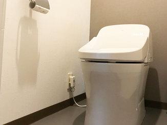 トイレリフォーム シックな色合いでスッキリとしたトイレ