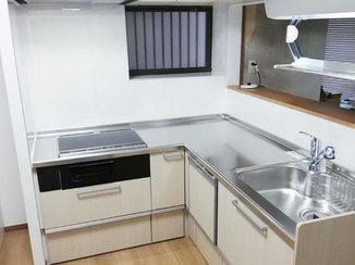 キッチンリフォーム 対面カウンターの明るいL型キッチン