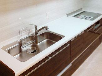 キッチンリフォーム 快適な高さに合わせた吊戸棚と食洗機付きのキッチン