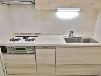 キッチンリフォーム スッキリ省スペースなキッチンと、汚れにくい壁パネルのトイレ