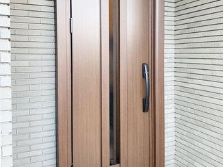 エクステリアリフォーム 雰囲気は変えずに、リモコンやカードで施錠できるようになった玄関ドア