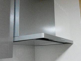 キッチンリフォーム お手入れしやすくなったレンジフードまわりと光熱費を節約できるガス給湯器